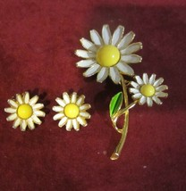 VINTAGE SUNFLOWER BROOCH WITH MATCHING EARRINGS SIGNED WEISS - $27.50
