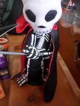 "RAZ Imports 16"" skeleton animated spins sings,,eye light up NEW! halloween - $374,68 MXN"