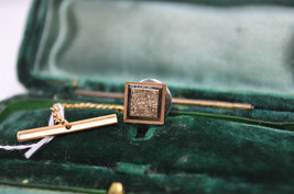 Vintage Gold lapel pin with an art deco theme #L61 - $12.16