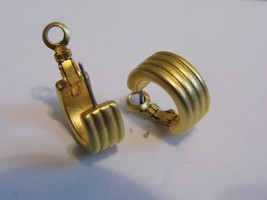 VTG Gold Tone Pair Pierced Earrings Costume Fashion Jewelry - $9.66