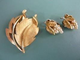 Vintage Crown Trifari Gold Tone Leaf Design Brooch And Pearl Clip On Earrings - $34.25