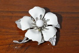 Sarah Coventry White Enamel & Silver Tone Flower Brooch Pin - $14.81