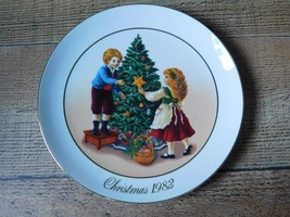 Second Edition 1982 Christmas Memories Avon 22k Gold Trim - $6.92