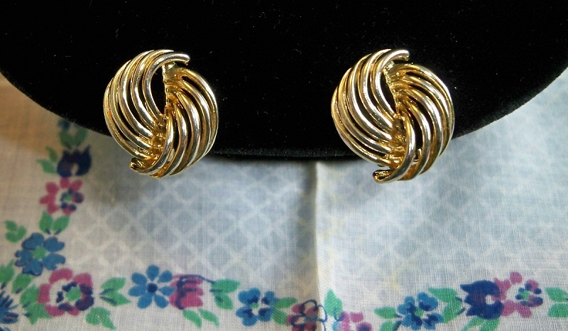 SALE! Vintage 1960s Goldtone Swirl Clip On Earrings