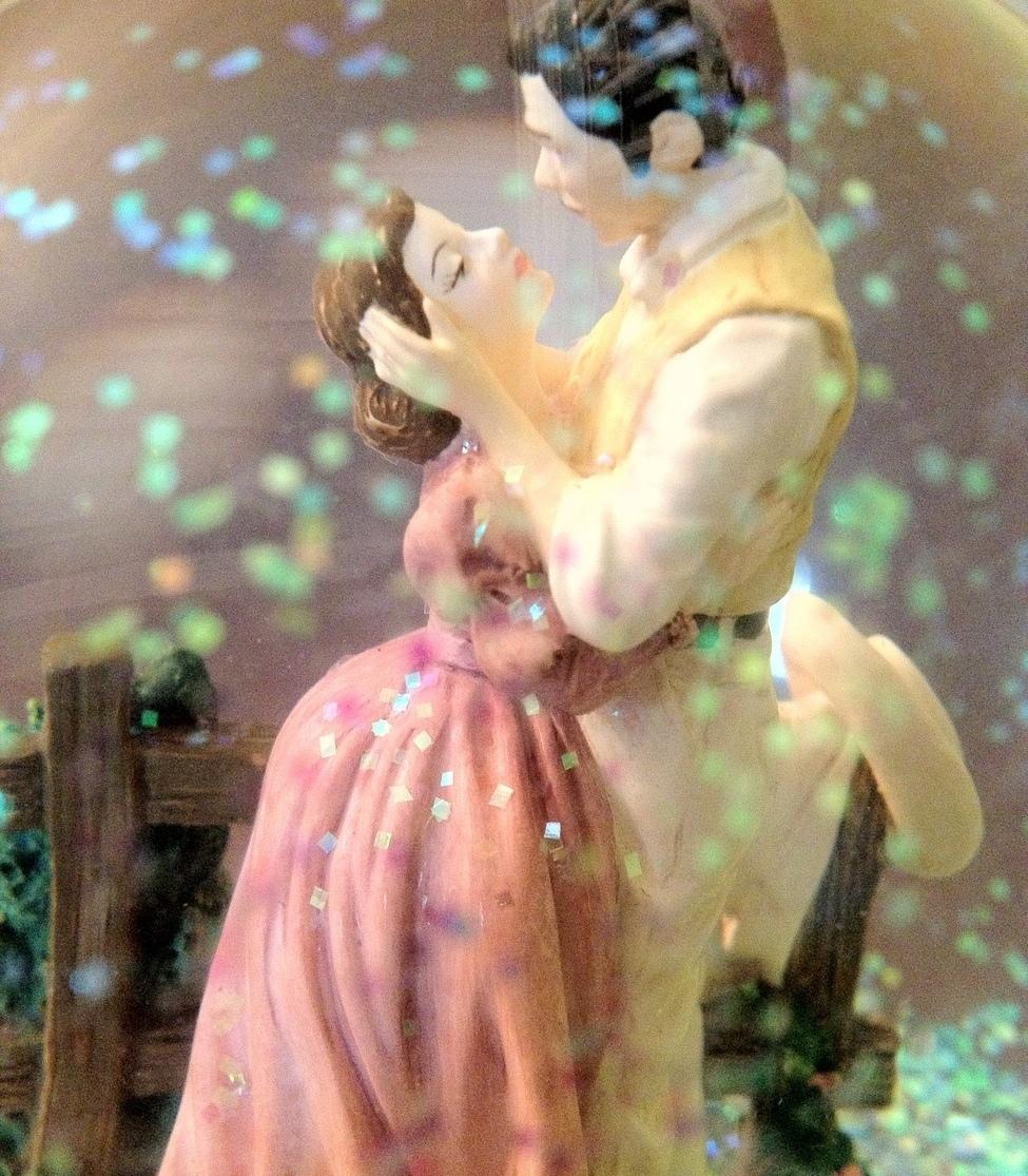 San Francisco Music Box Co - Rhett & Scarlett Waterglobe Gone With the Wind