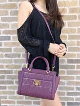 Michael Kors Tina Small Top Zip Satchel Handbag Crossbody Plum Perforated - $1.883,86 MXN