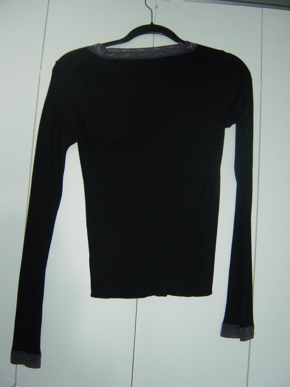 Michael Stars Long Sleeve Black V-Neck with Lace Trim EUC image 2