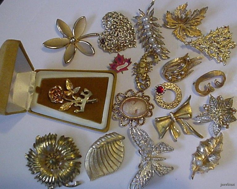 LOT OF 18 VINTAGE GOLDTONE BROOCHES - STUNNING!