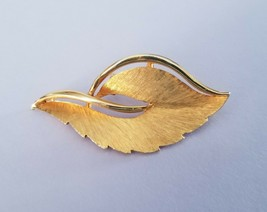 JJ Vintage Brooch Pin Goldtone Leaf  2 Inches Textured & Glossy   EUC  - $8.99