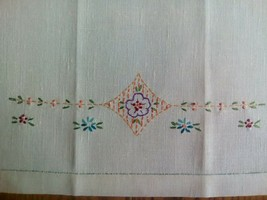 "VINTAGE 21"" LINEN TEA TOWEL ~ HAND EMBROIDERED ~ FLORAL DESIGN - $5.93"
