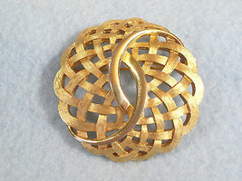 Crown TRIFARI Basket Weave Brushed Gold Plate Brooch Pin Swirl Scalloped Vintage - $17.33