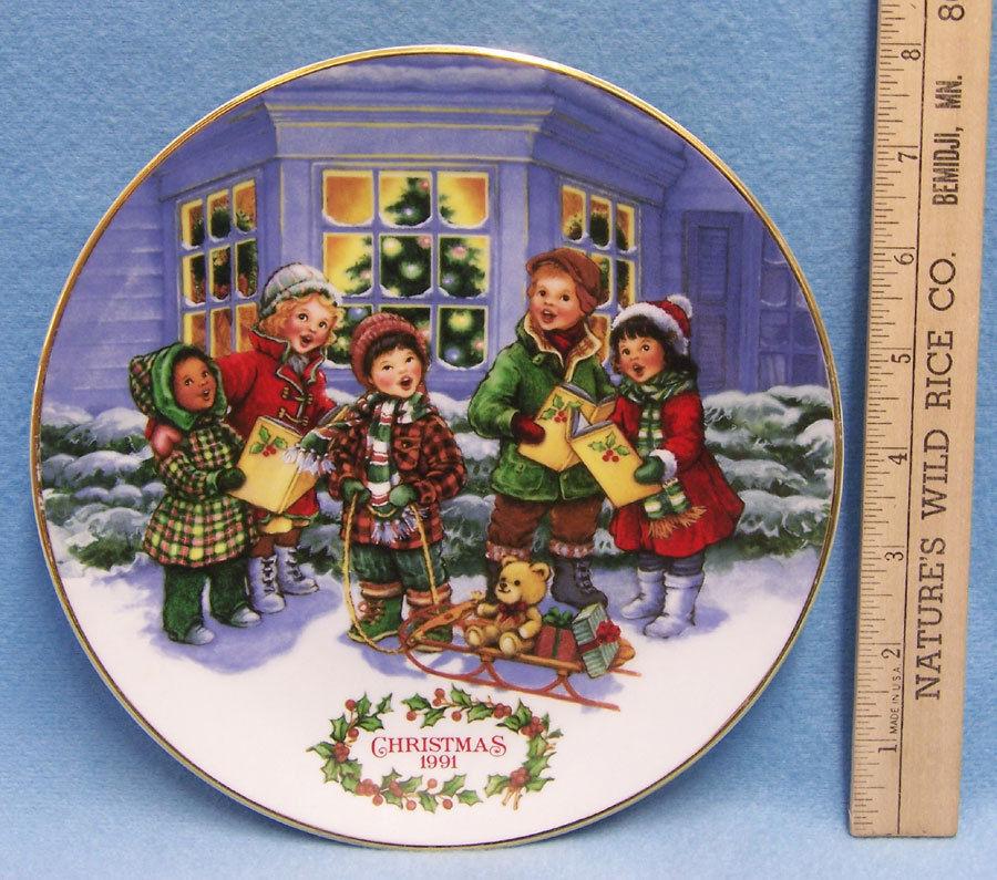 1991 Christmas Avon Plate Perfect Harmony Carolers 22 K Gold w/ Bonus Scarf image 2