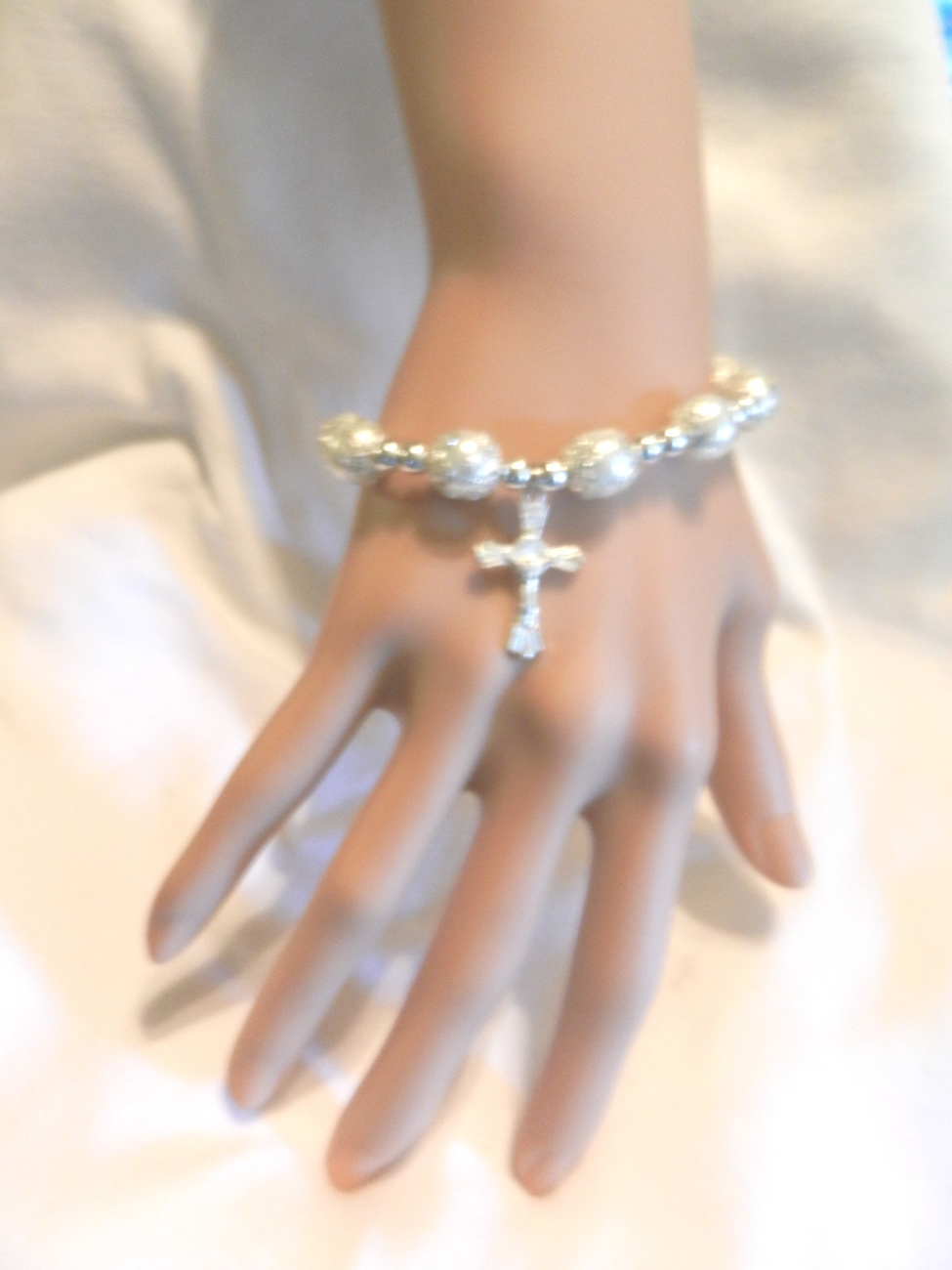 Primary image for NeW Lovely White Faux Pearl Stretch Bracelet with Silver Crucifix Cross
