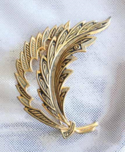 Elegant Spanish Baroque Damascene Enamel Leaf Brooch 1960s vintage - $19.75