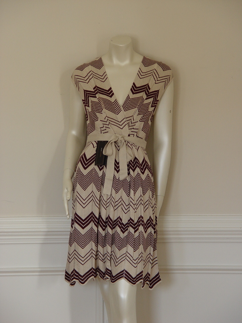 Primary image for BCBG MAX AZRIA BURGUNDY IVORY CHEVRON DRESS - US MEDIUM - 8 - 10