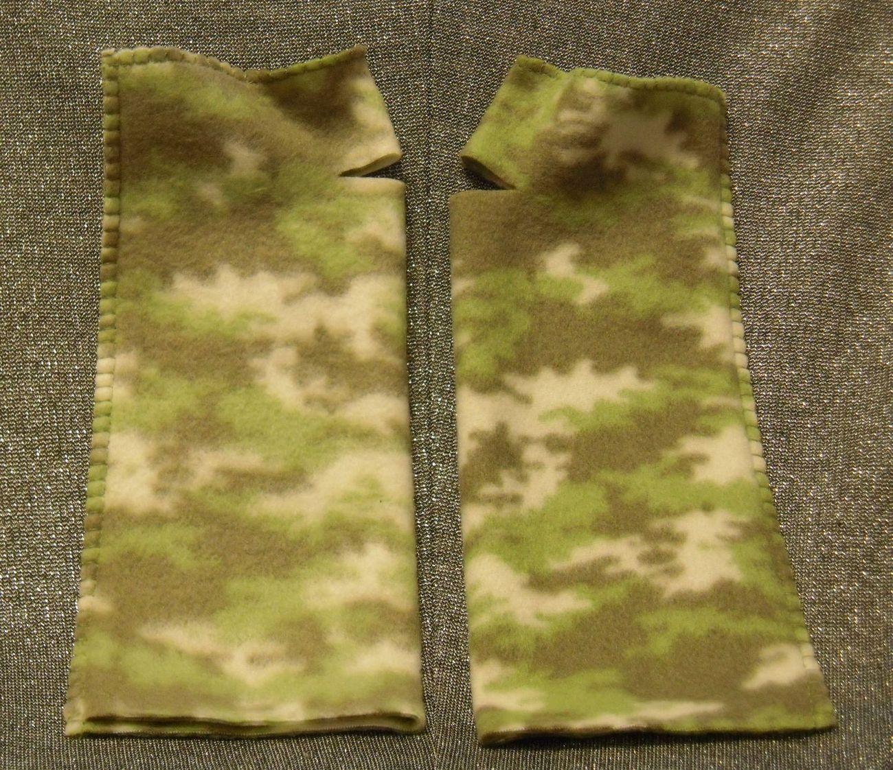 Warmies Fingerless Fleece Gloves, Camouflage Green Print