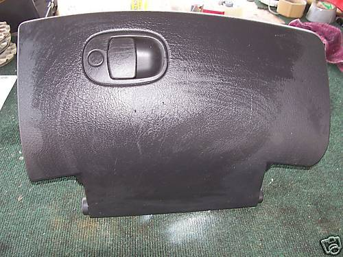 2000-2001 saturn glove box assembly with latch