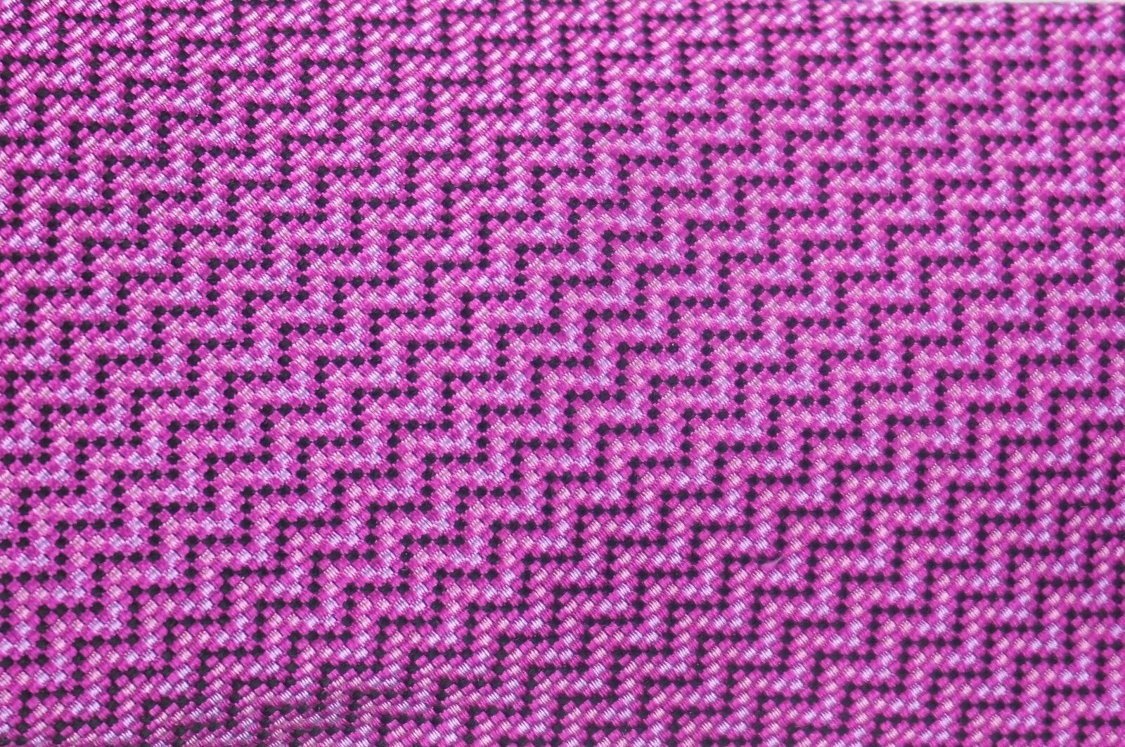 NEW ALFANI RED LABEL BERRY PINK RICHMOND GEOMETRIC 100% SILK NECK TIE