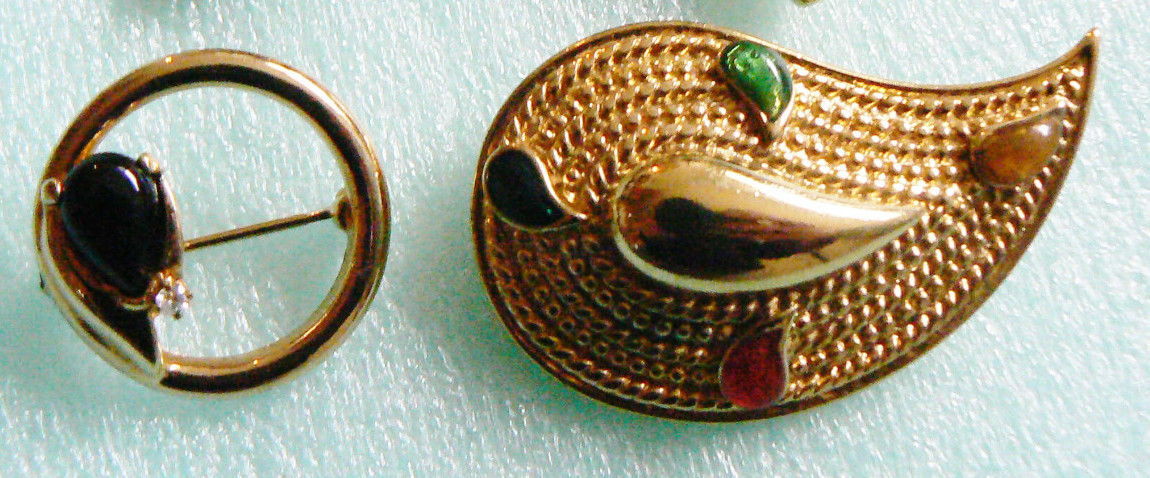 Lot of 2 vtg Fashion Paisley Deco design gold tone metal stones pin brooch set - $16.63