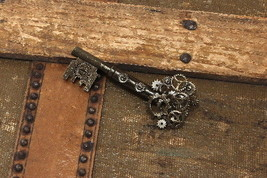 SteamPunk Cosplay Victorian Metal Large Key Gear Pin, NEW SEALED - $8.79