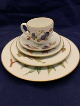 Vintage Evesham Gold Royal Worcester 5 Piece Place Settings - $39.26