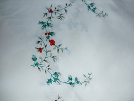 "Pfaltzgraff ""Winterberry"" Hand-Embroidered Tablecloth - €85,04 EUR"