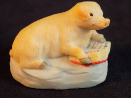 ARISTAS of SCOTLAND CERAMIC FIGURINE SMILING PIG READING A BOOK CUTE! - $9.89