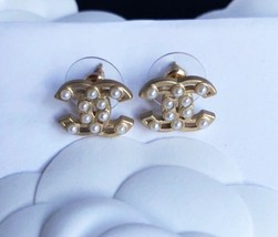 100% AUTHENTIC CHANEL Classic Gold Pearl CC Logo Stud Earrings  image 1