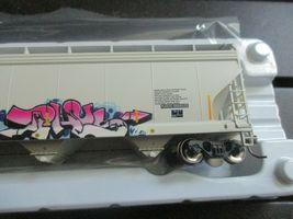 Atlas # 20006330 (Christmas Graffiti) 5800 Plastics Hopper DOWX 66122 HO-Scale image 7