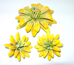 VINTAGE DESIGNER SIGNED YELLOW ENAMEL LARGE FLOWER BROOCH CLIP ON EARRIN... - $115.00