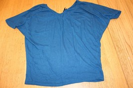 W11158 Womens EXPRESS teal blue v-kneck KNIT TOP, short sleeves, small - $26.06