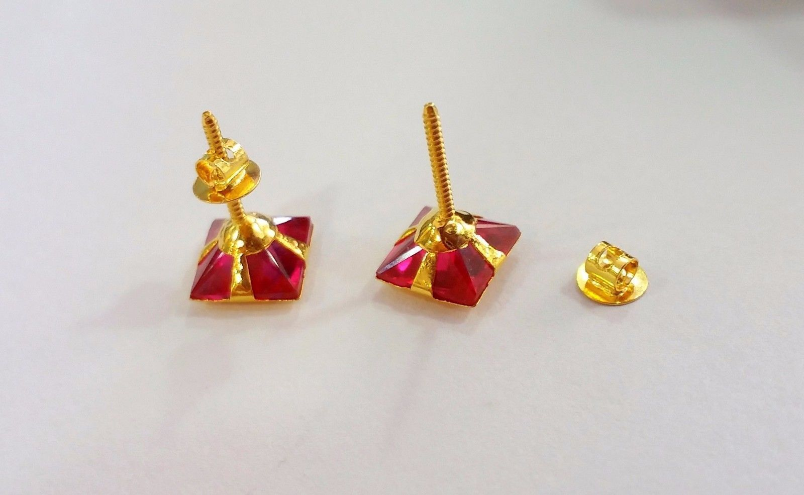 GORGEOUS 18 K YELLOW DARK RED SQUARE CUBIC ZIRCON WOMEN MAN UNISEX STUD 01 INDIA