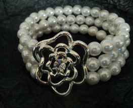 Avon Floral Bloom Pearlesque Stretch Bracelet Silver tone Rose 2009 Stock - $8.49