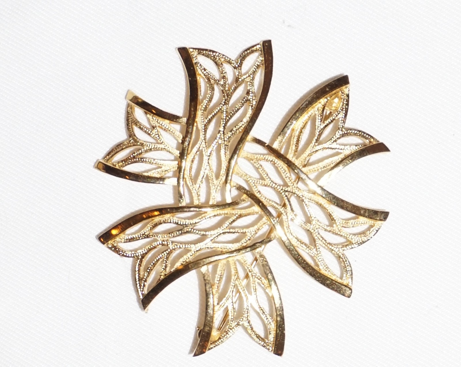 Primary image for Trifari Brushed & Polished Goldtone Ribbon Brooch Vintage Jewelry