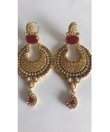 Gold earrings with Maroon accent color  - $768,12 MXN