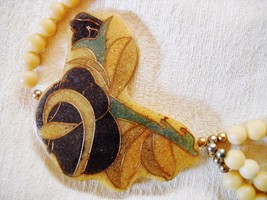 UNIQUE VTG 3-SRAND BEADED NECKLACE W/ABSTRACT FREE-FORM LUCITE PENDANT image 2