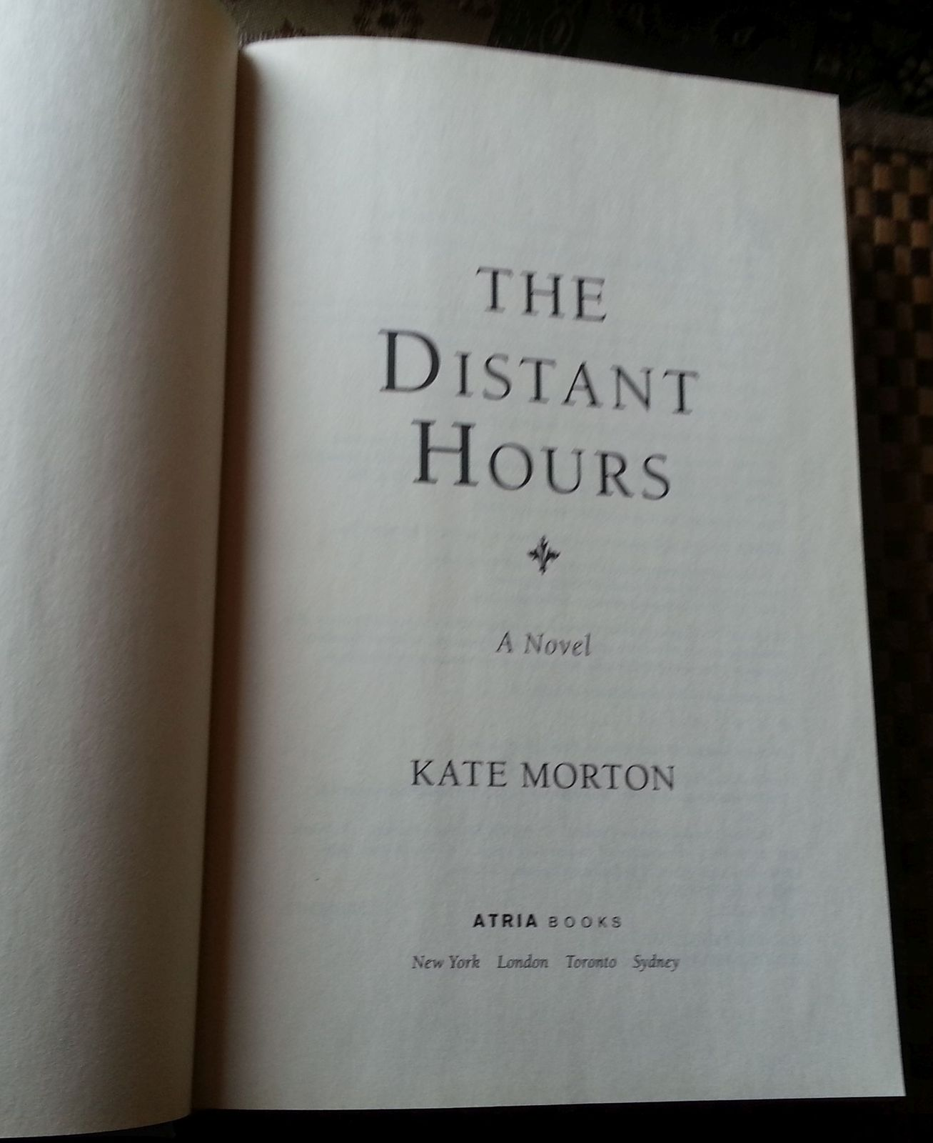 The Distant Hours by Kate Morton 2010 HBDJ Castle in England