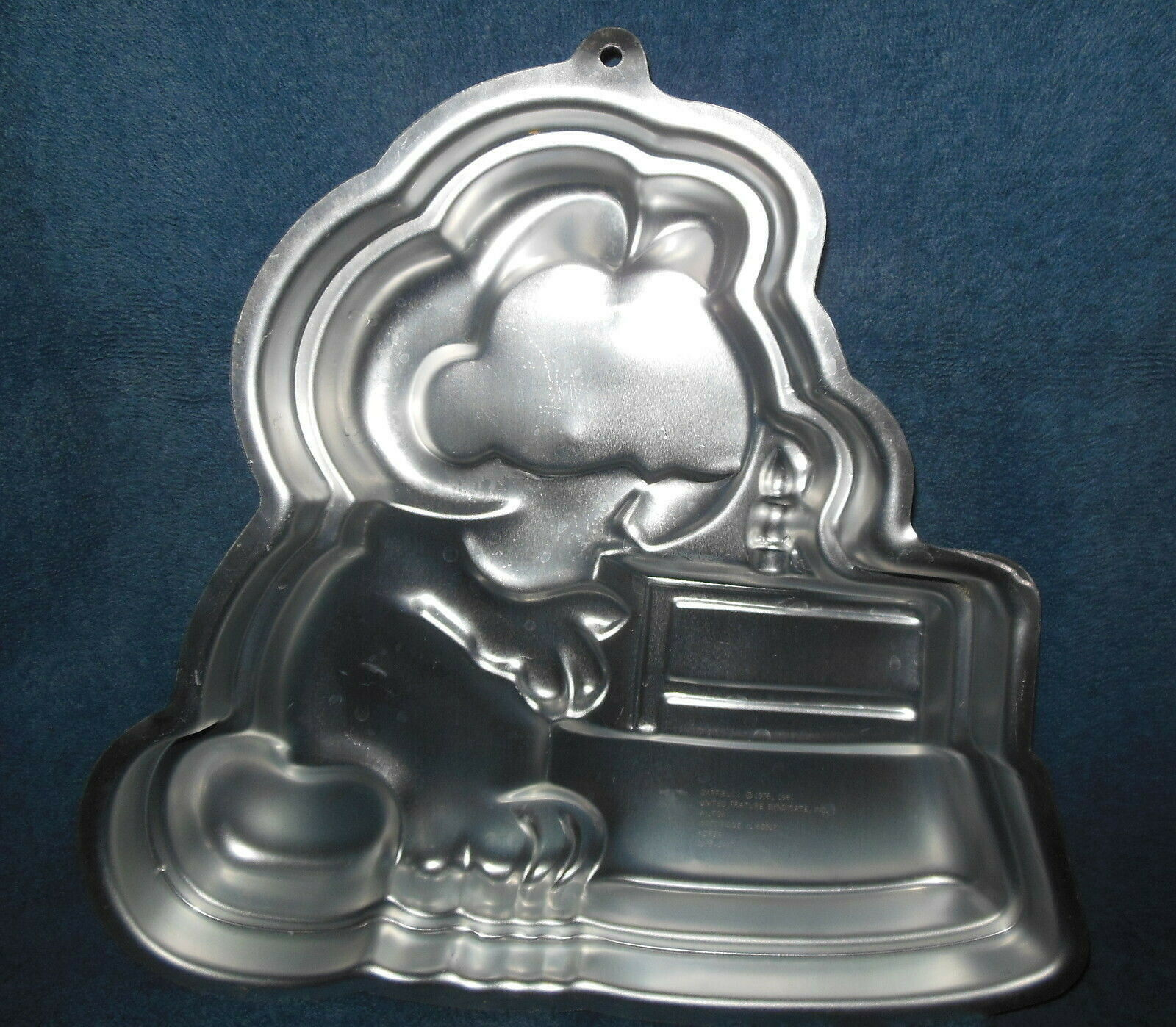 Primary image for WILTON ALUMINUM 'GARFIELD' BITHDAY CAKE WITH CANDLE CAKE PAN OR MOLD 1981