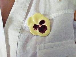 Free Shipping! Ladies 1981 AVON Ceramic Yellow Pansy Flower Shaped Brooch - $9.99
