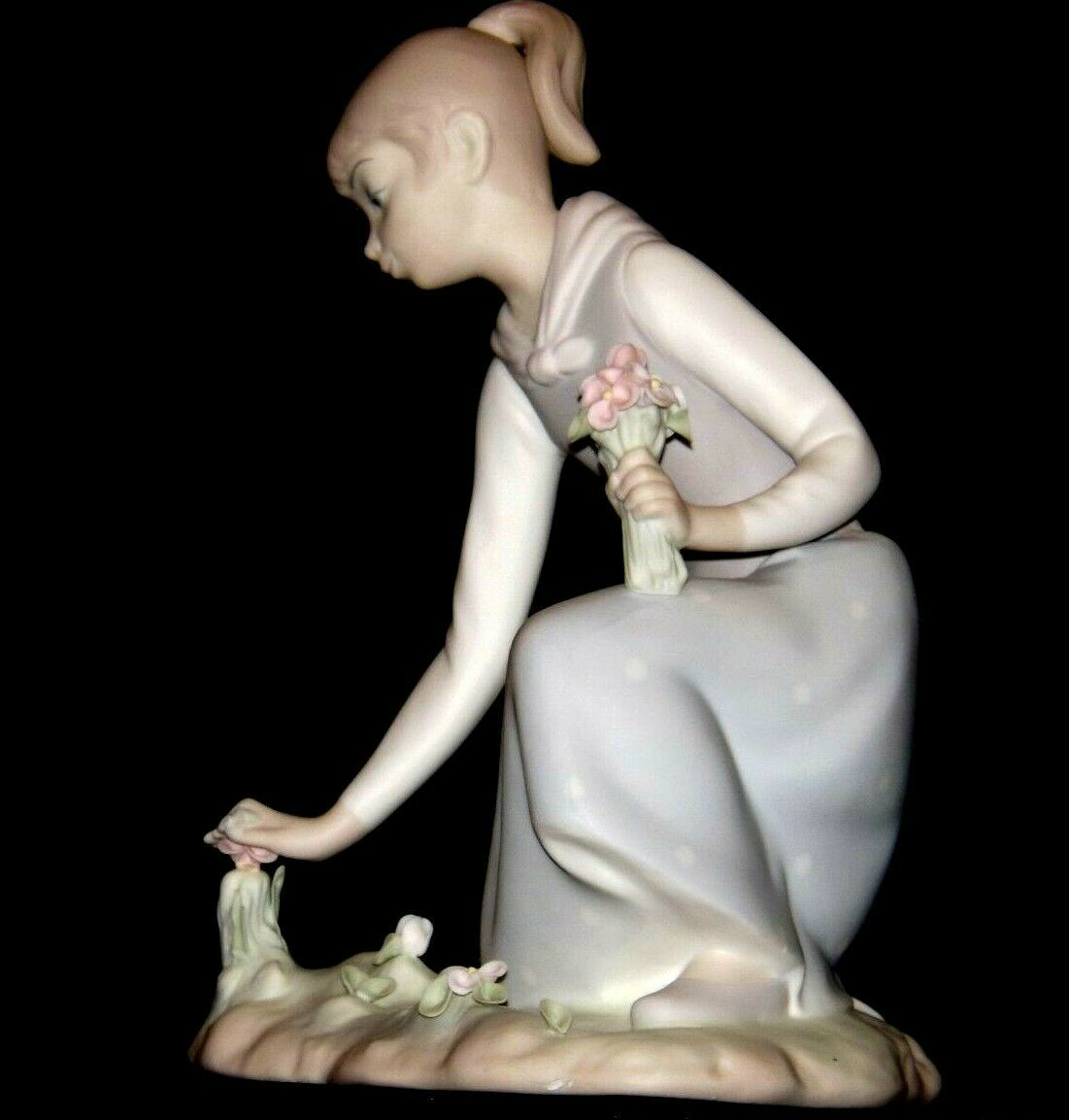 Lladro Young woman picking Tulips AA19-1634 Vintage A