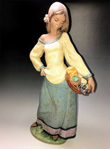 Lladro 01012229 Seasonal Gifts Porcelain Figurine Perfect Condition - $396.00