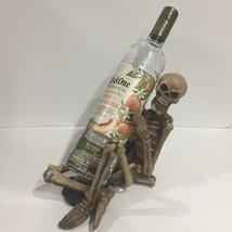 skeleton wine liquor bottle holder Halloween decor prop NEW - $543,93 MXN