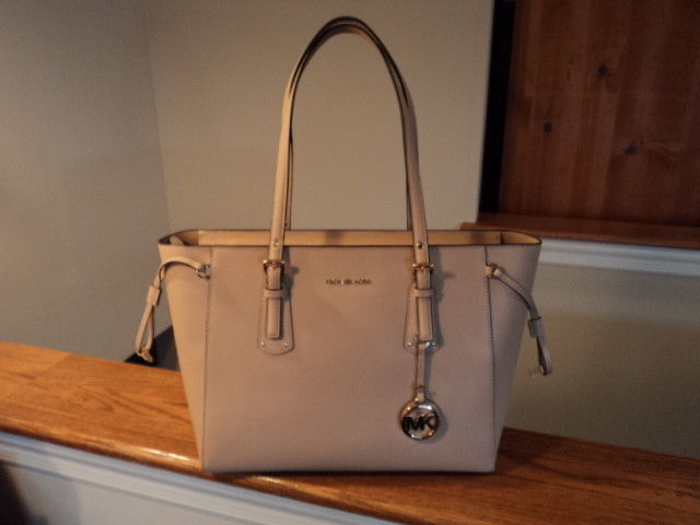 599d9add66 Authentic Michael Kors Voyager Medium and 50 similar items. 57