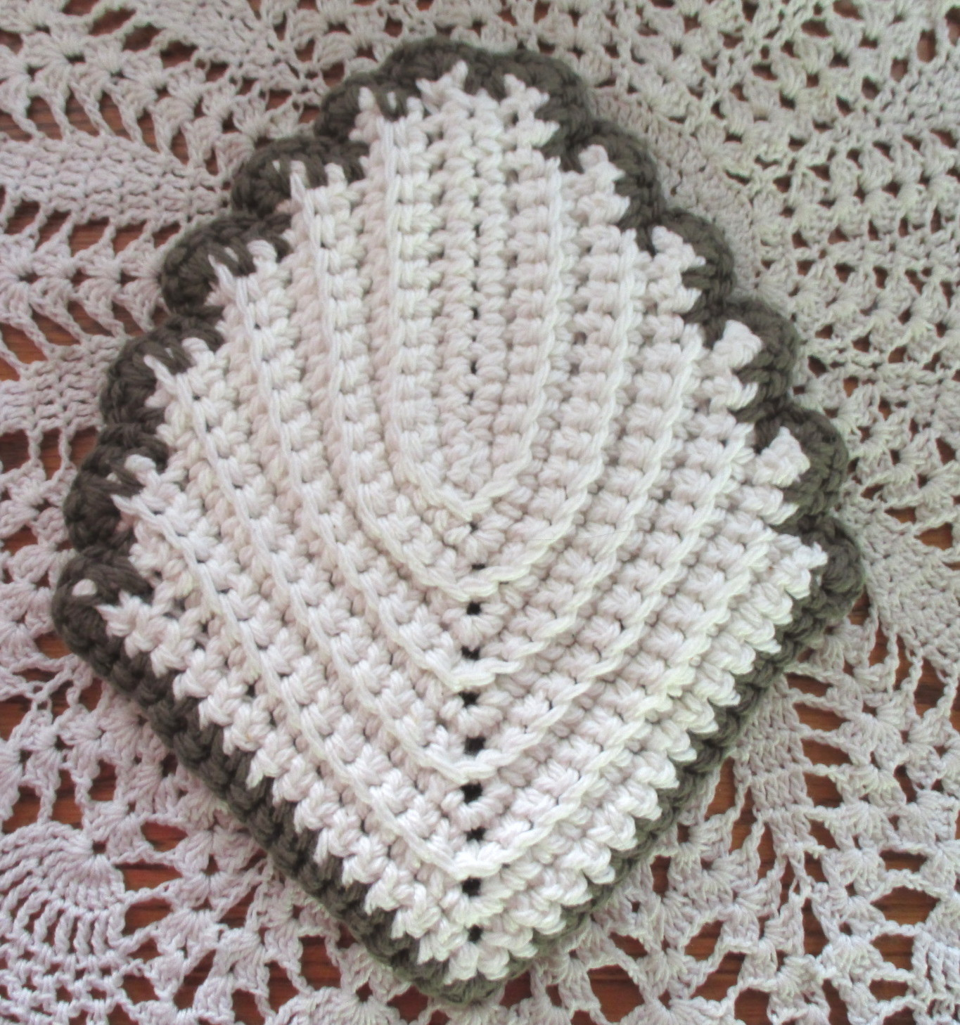 Bown and white leaf potholder1