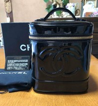 Chanel Vanity Bag Enamel patent leather Black Cosmetic Vertical Handbag 36 - $9.059,13 MXN