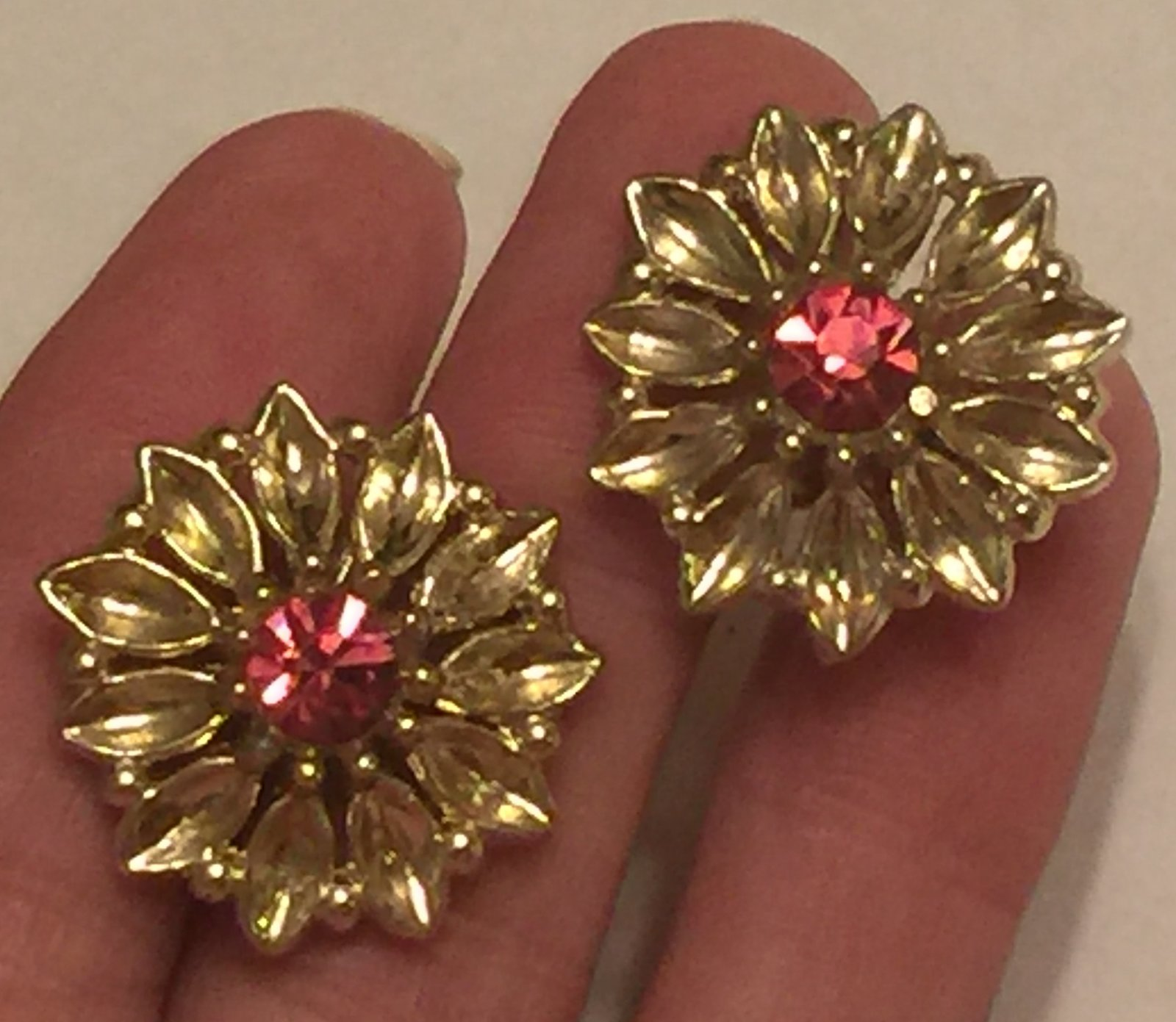 +VTG 50s Screw Back Earrings~ Gold Tone Flowers w/Deep Pink Rhinestone Centers
