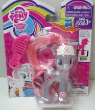 My Little Pony Exclusive Pearlized Nurse Redheart Explore Equestria - $229,21 MXN