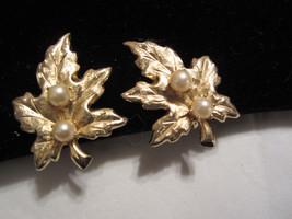 Vintage clip on maple leaf gold tone faux pea textured light weight - $18.00