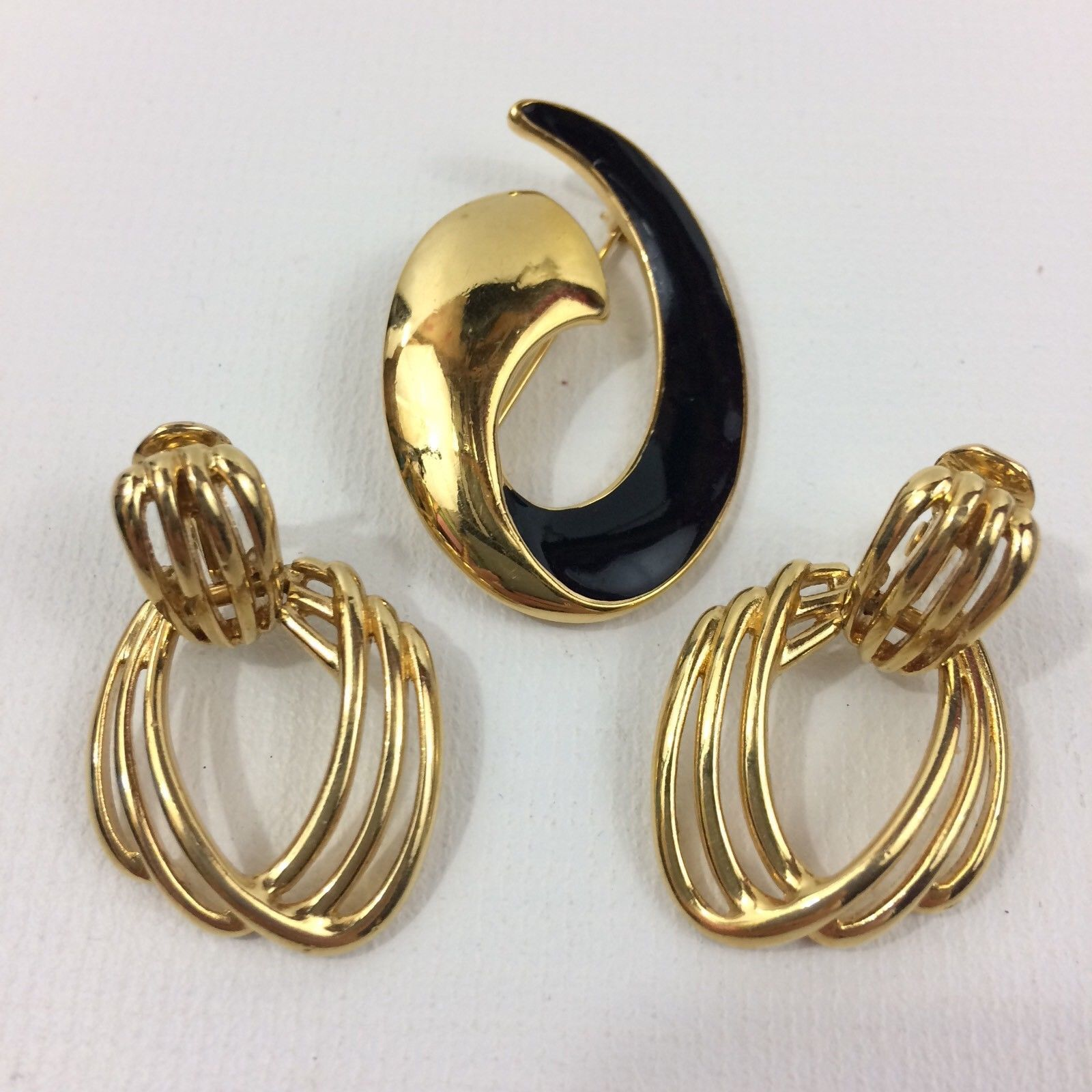S L1600 Previous Vintage Monet Brooch Clip On Earrings Costume Jewelry Gold Tone Black Enamel