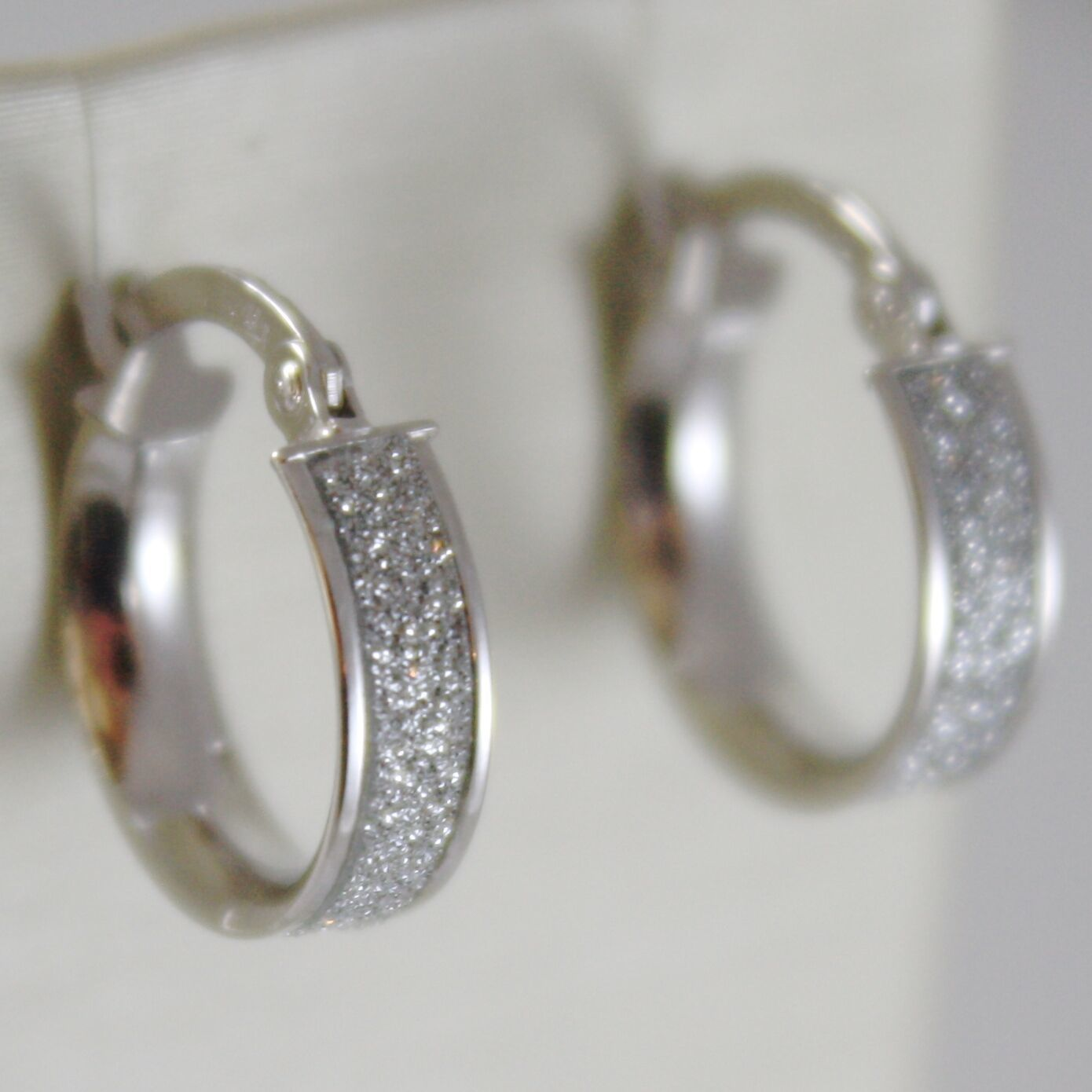 White Gold Earrings 750 18k a circle, diameter 1.4 CM, Glitter Effect